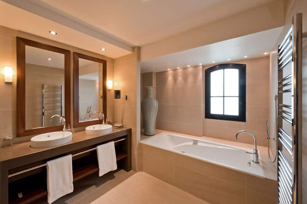 Junior suite : Salle de bain avec baignoire